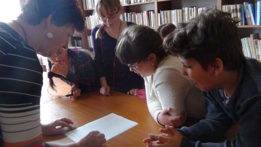 Vezér Klára felkészítő pedagógus a vetélkedő feladatait ismerteti (Fotó: HE)