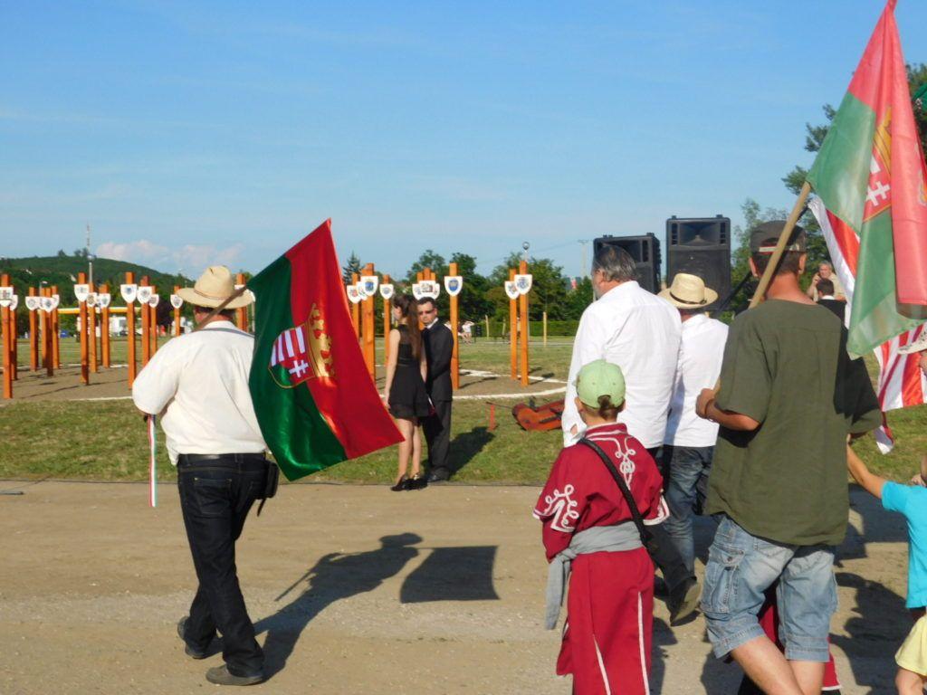 A felvidéki zászlóval az emlékműnél (Fotó: PD)