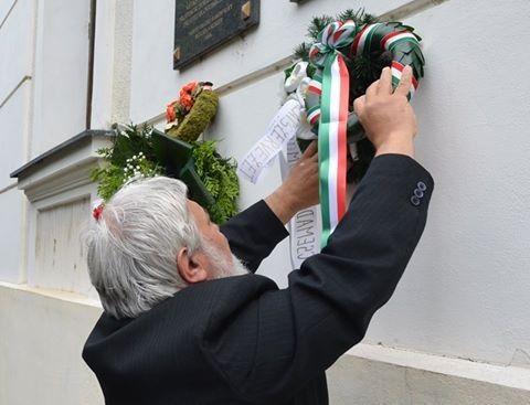 Molnár Imre, a Pozsonyi Magyar Kulturális Intézet igazgatója megkoszorúzza Juhász Gyula emléktábláját a szakolcai gimnázium falán