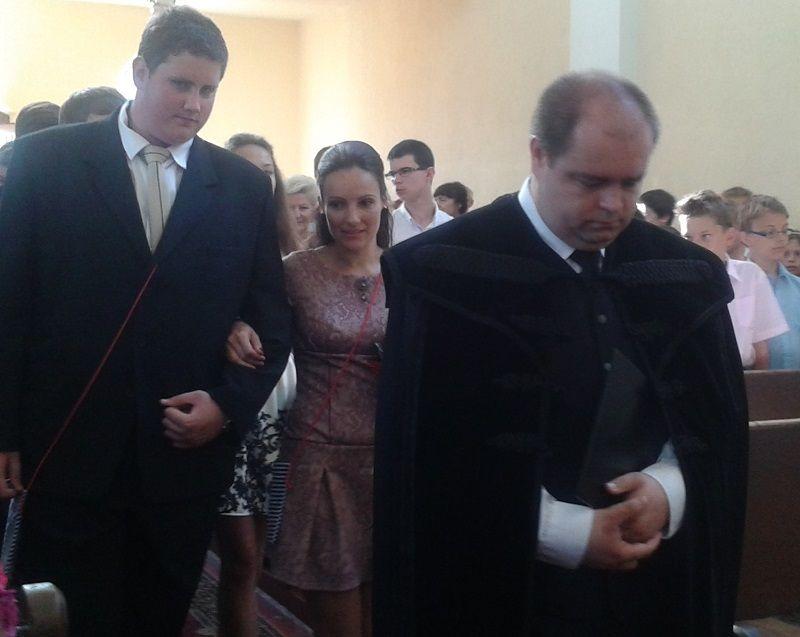 A templomba érkezik Nt. Buza Zsolt és a kilencedikesek (Fotó: BB)