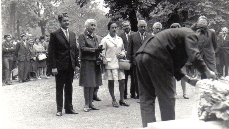 Klapka György unokája (balról a második) és lánya 1969-ben a szobornál