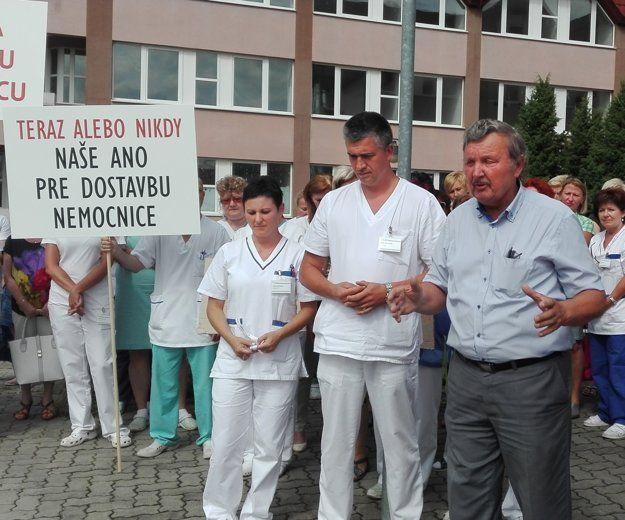 Juhász Péter mellett Šimko József, Rimaszombat polgármestere (Fotó: http://nasnovohrad.sme.sk, Karmanová)