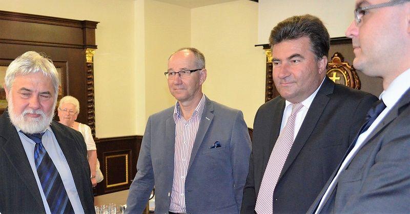 Molnár Imre, a PMKI igazgatója Pagáč Peter szakolcai alpolgármesterrel és Bobrík Anton hivatalvezetővel beszélget