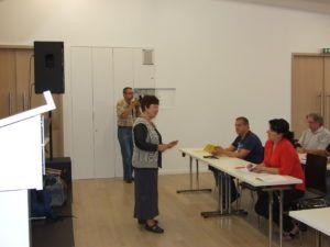 A résztvevőket ajándék könyvvel lepte meg az előadó