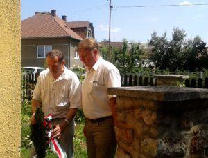 Tabányi Pál, Maglód polgármestere és Kérges László, alpolgármester koszorúznak.