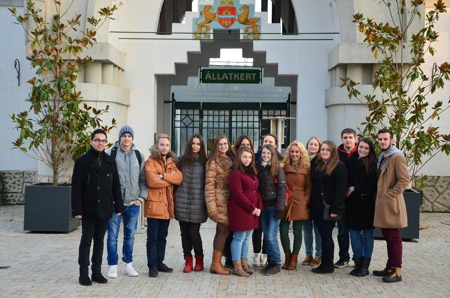 A Balassi Intézet Egyetemi előkészítőjének hallgatói a budapesti Állatkert előtt (fotó BI)