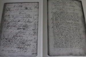 A Krónika néhány eredeti oldalának másolata a kötetben