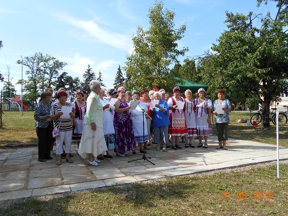 A Szívklub zenés-táncos műsorral lepte meg a bátkaiakat (Fotó: Bene Judit)