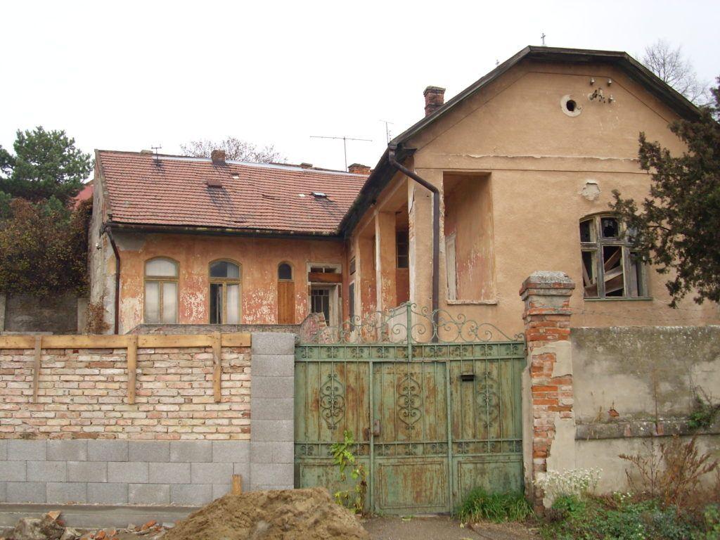 A ház, melyen az emléktábla áll. Csáky Károly felvétele