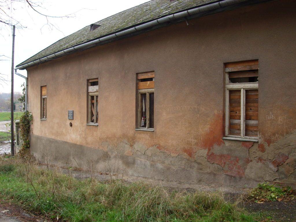A régi ház az emléktáblával. Csáky Károly felvétele