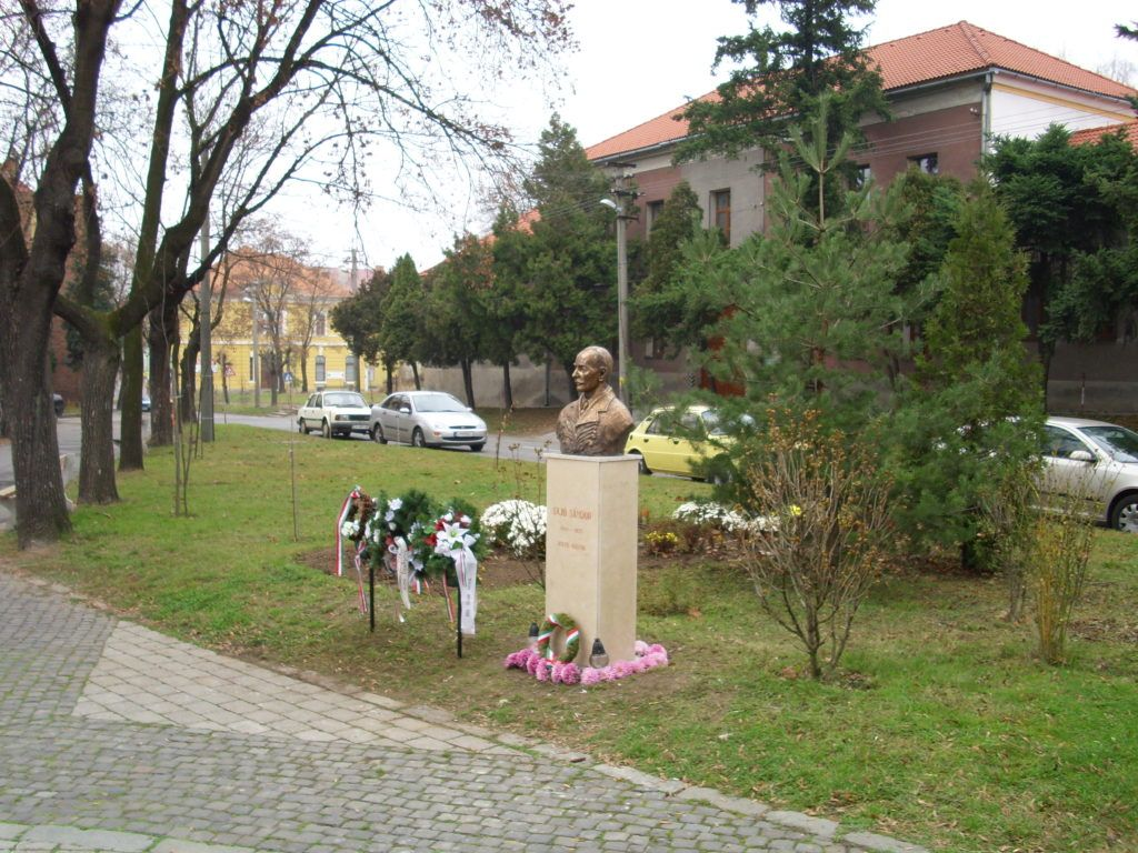 A templom előtti tér a szoborral. Csáky Károly felvétele