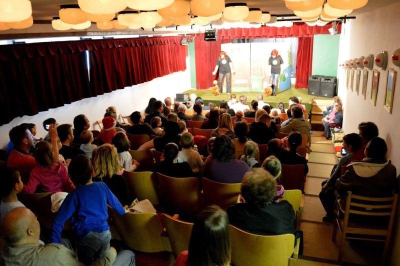 Aranykert bábcsoport előadás közben