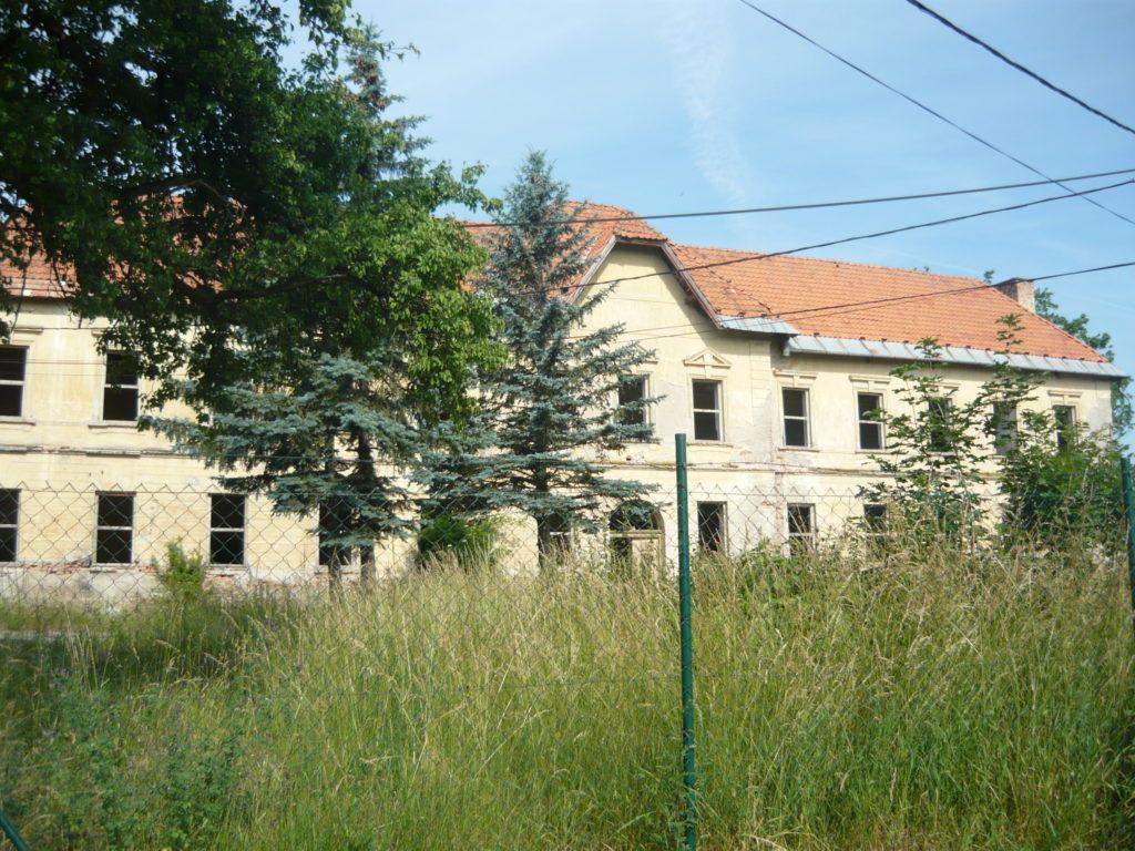 Az egykori laktanya elhagyatott épülete (Fotó: HE)