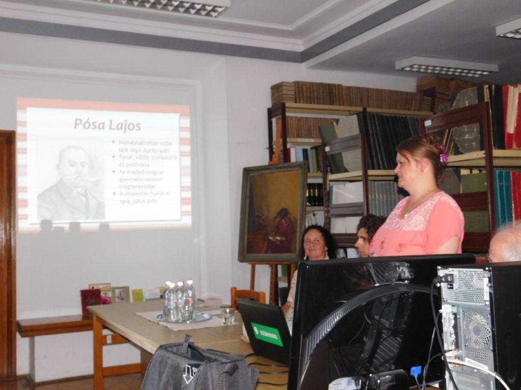 Homoly Erzsébet a Pósa Lajos-köteteket mutatta be (Fotó: Pósa Dénes)
