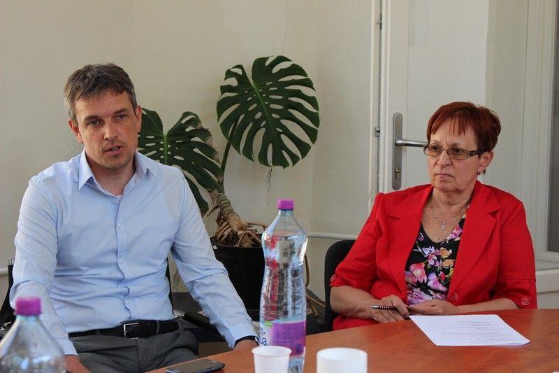 Keszegh Béla alpolgármester és Varga Anna, a VMK igazgatója is segítik a rendezvényt