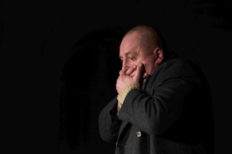 Nagy a csönd. Benkő Géza A nagy (Cseh)szlovákiai magyar csönd című derűs szomorújátékának egyszemélyes főszereplője.