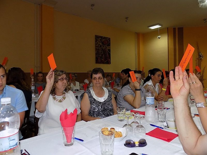 Dolgoznak a küldöttek, szavazás (Fotó: HE)