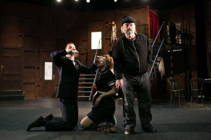 Fabó Tibor Tóth Károllyal (Garry Lejenue) és a Jászai Mari-díjas Bandor Évával (Mrs Clackett) a Függöny fel! című színházi komédiában