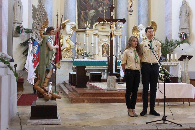 A cserkészek Reményik Sándor Templom és iskola című versét adták elő