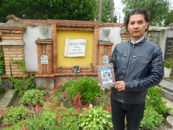 Beregszászi Balázs levéltáros Hőnel Béla sírja előtt a magyaróvári temetőben, melyet a helyi városvédők gondoznak (Fotó: kisalfold.hu)
