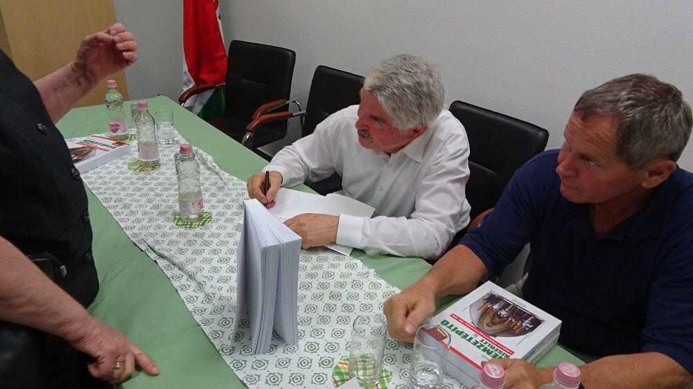 Bakos István dedikál (Fotó: GG)