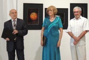5. Csütörtöky József PhD, a Duna Menti Múzeum igazgatója (balra), dr. Gaál Ida, a kiállítás kurátora (középen) és a kiállító fotóművész