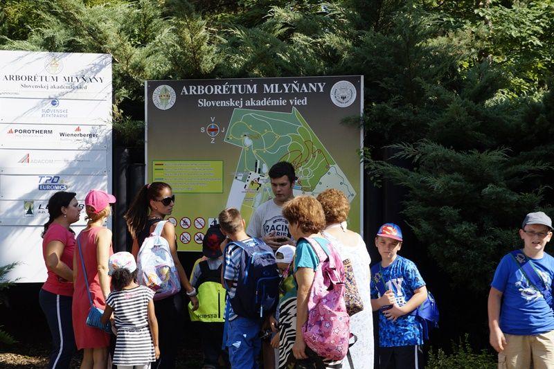 A Malonyai Arborétum térképe előtt (Fotó: HA)