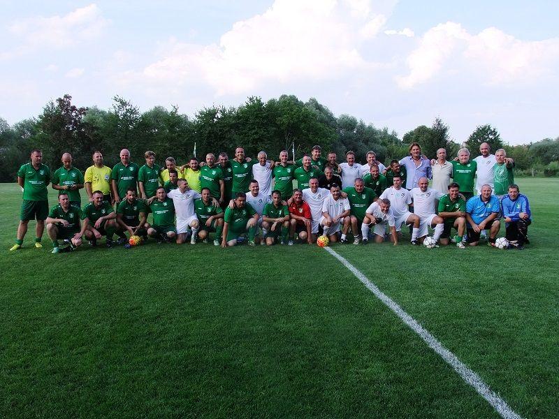 A Zoboralja-Alsóbodok és Fradi Öregfiú mérkőzés résztvevői (Fotó: TK)