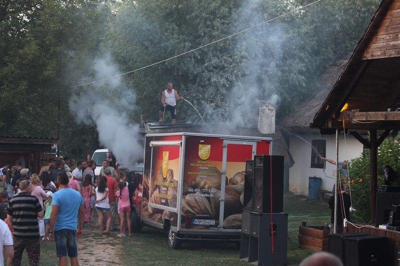 A helyiek a gyors összefogásnak köszönhetően gyorsan eloltották a tüzet (Fotó: Szalai Erika/Felvidék.ma)