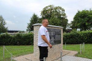 A tábor főszervezője a kitelepítettek emlékművénél