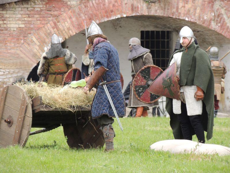A városfalak mögött már az utolsó tartalékaikhoz nyúltak a védők.