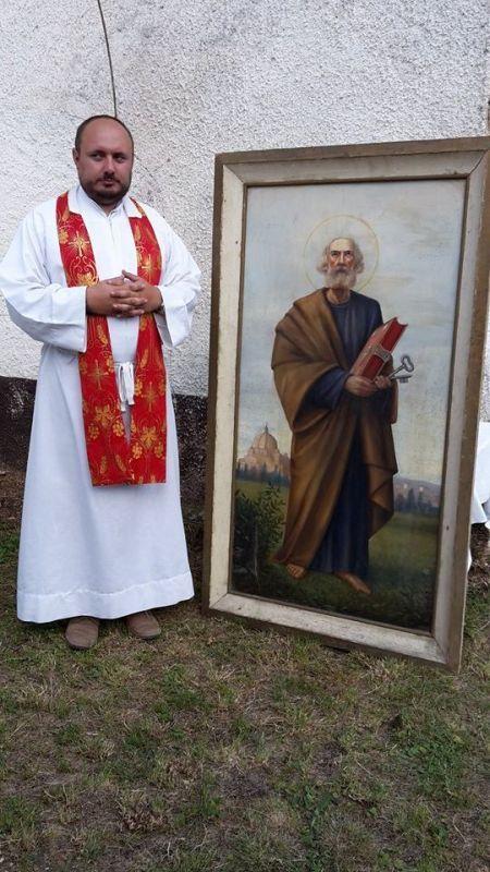 Balázs Patrik plébános az oltárkép mellett.