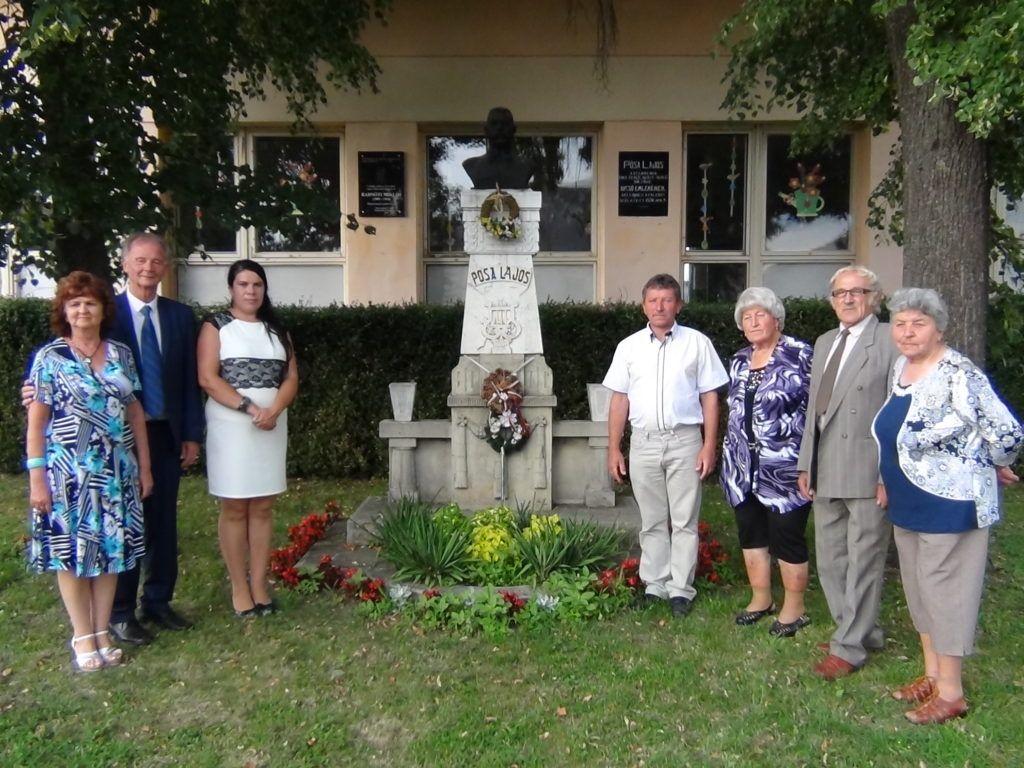 Nemesradnóton tiszteletüket tették Pósa Lajos szobra előtt is (Fotó: HE)