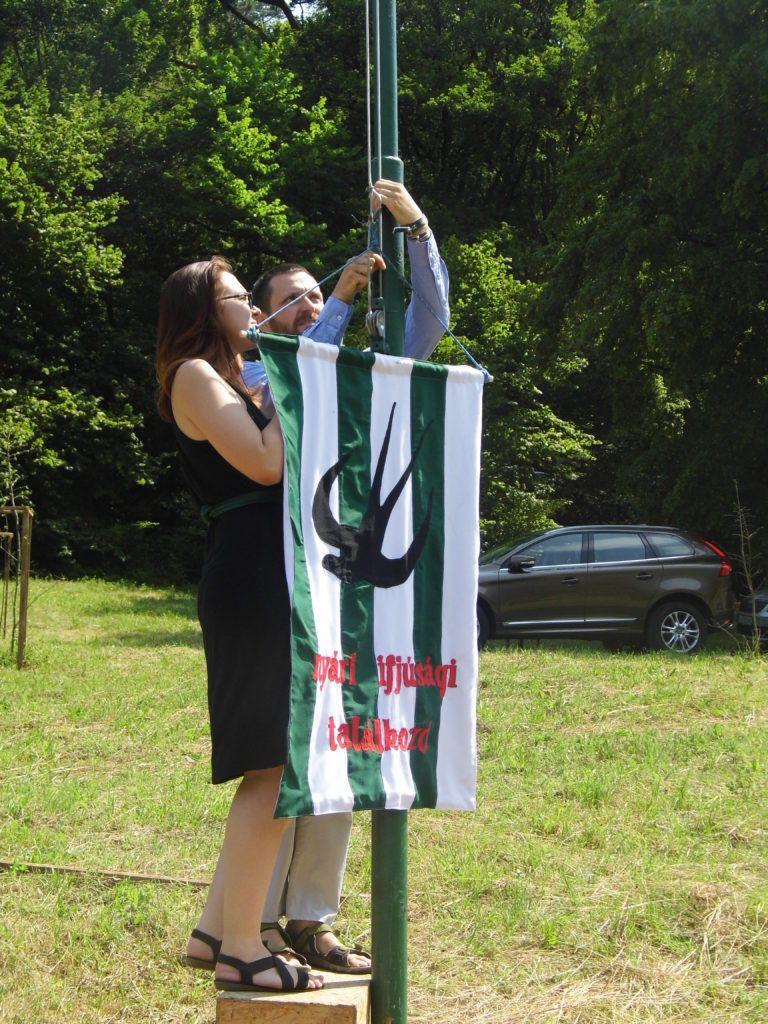 A tábor zászlajának felvonása (Fotó: Beke Beáta/Felvidék.ma)