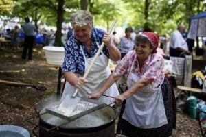 Asszonyok sztrapacskát készítenek a magyarországi szlovákok napján(Fotó:  Komka Péter/MTI)