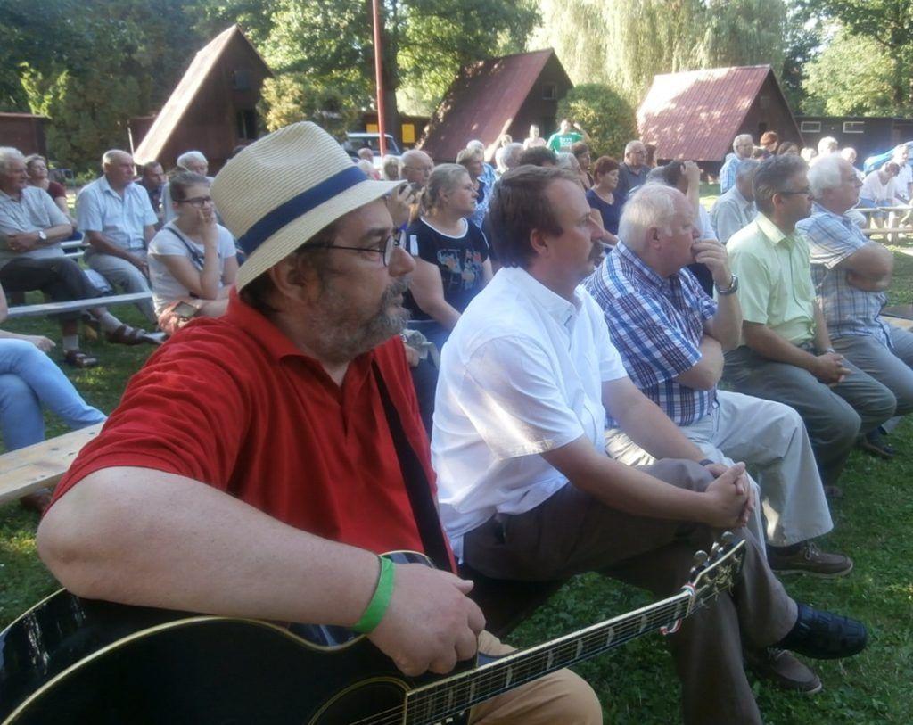 Dinnyés József is szórakoztatja a résztvevőket (Fotó: Zborai Imre)