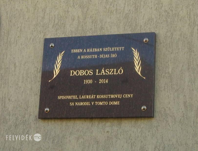 Dobos László emléktáblája Királyhelmecen (Fotó: Tökölyi Angéla/Felvidék.ma)