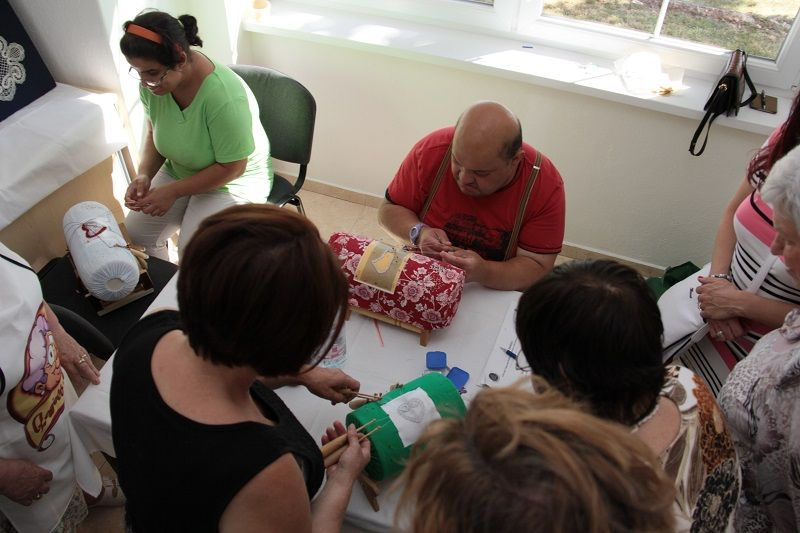 Kézműves foglalkozás az Alsóörsi Csipkeműhely tagjaival (Fotó: TK)