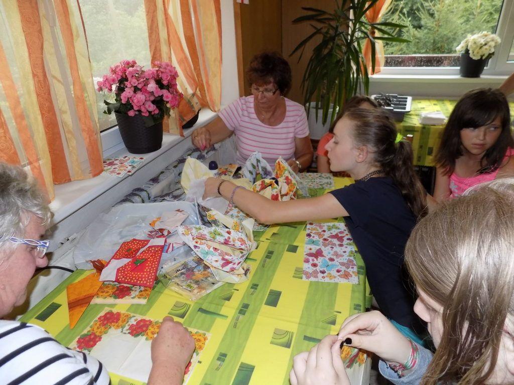 A gyerekeknek tetszett a szalvétahajtogatás és a gyöngyfűzés (Fotó: Ádám Zita)