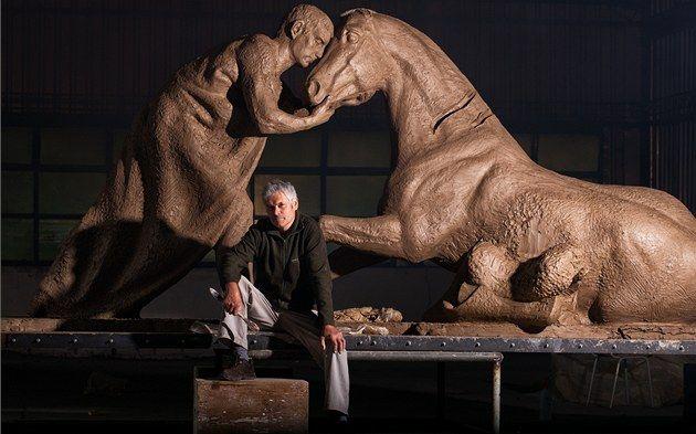 Petr Novák a lovasszobor modelljével