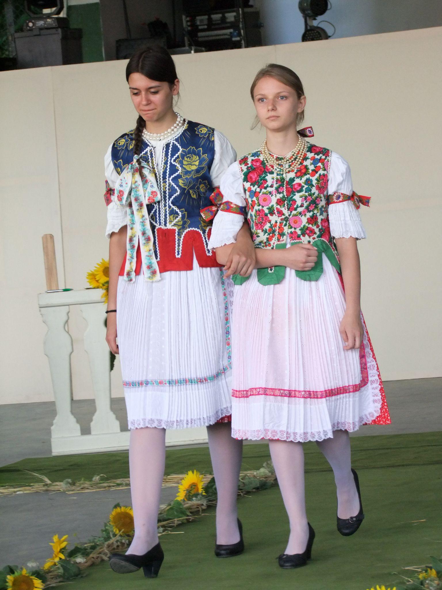 Pogrányi lányok ünnepi viseletben (Fotó: TK)