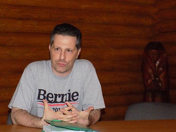 Schiffer András Bernie-polóban. A demokrata elnökjelölt elbukott, Schiffer, bár kivonult a politikából, még győzhet. (Fotó: Felvidék.ma)