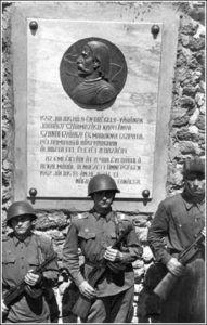 Szondy és a vár védőinek emléktáblája archív felvételen a sulinet.hu oldalról