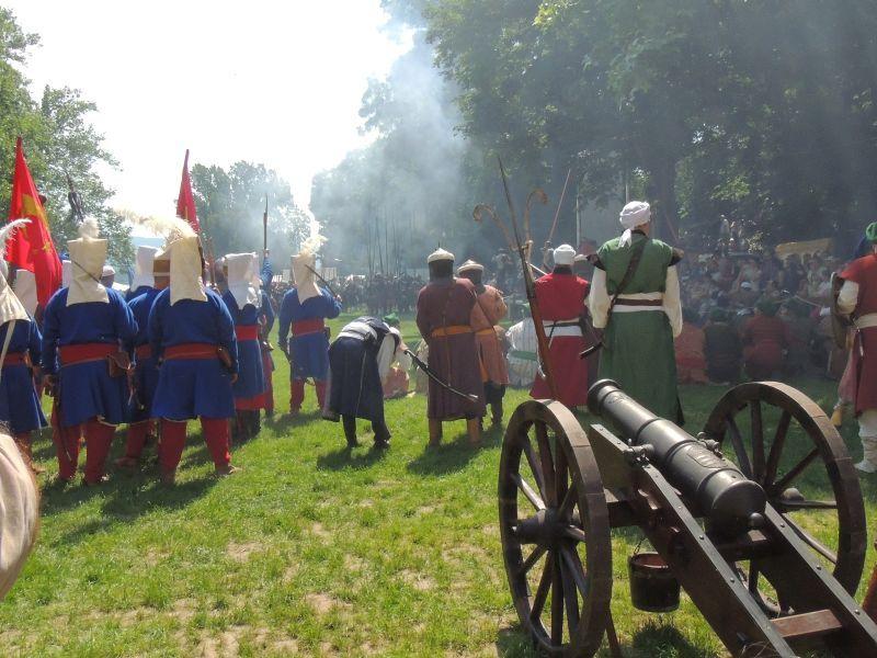 Tűzérségük fedezete alatt rohamoztak a törökök.
