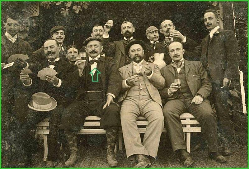 Népes társaság poharazgat Tuba János monostori szőlőjében, középen a házigazda.