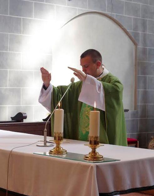 A szentmise végén Tamás atya megáldotta a Krakkóba indulókat (Fotó: Vicián Tamás)