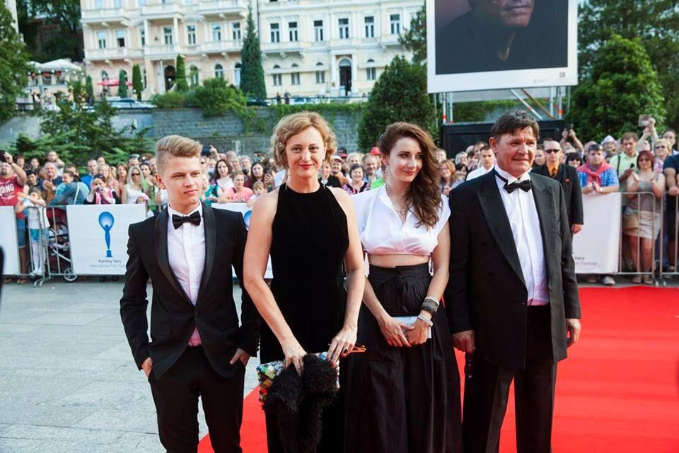 Vörös szőnyegen a Tanítónő alkotói és szereplői. Balról a második Bandor Éva. (Fotó: Slovenský filmový ústav/fb)