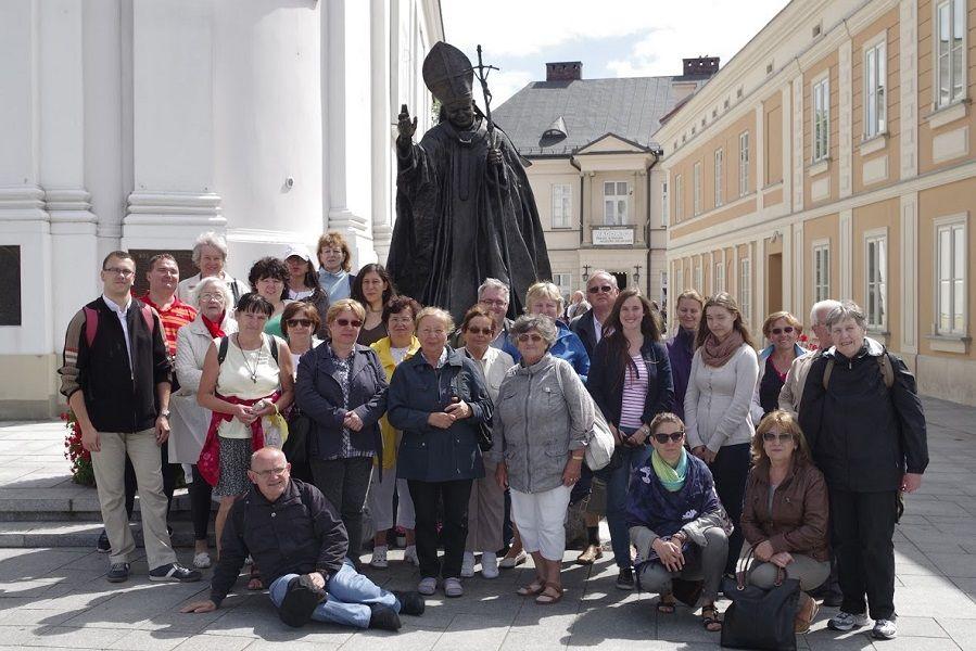 A pozsonyi magyarok Szent II. János Pál szobra előtt (Fotó: Vician András)