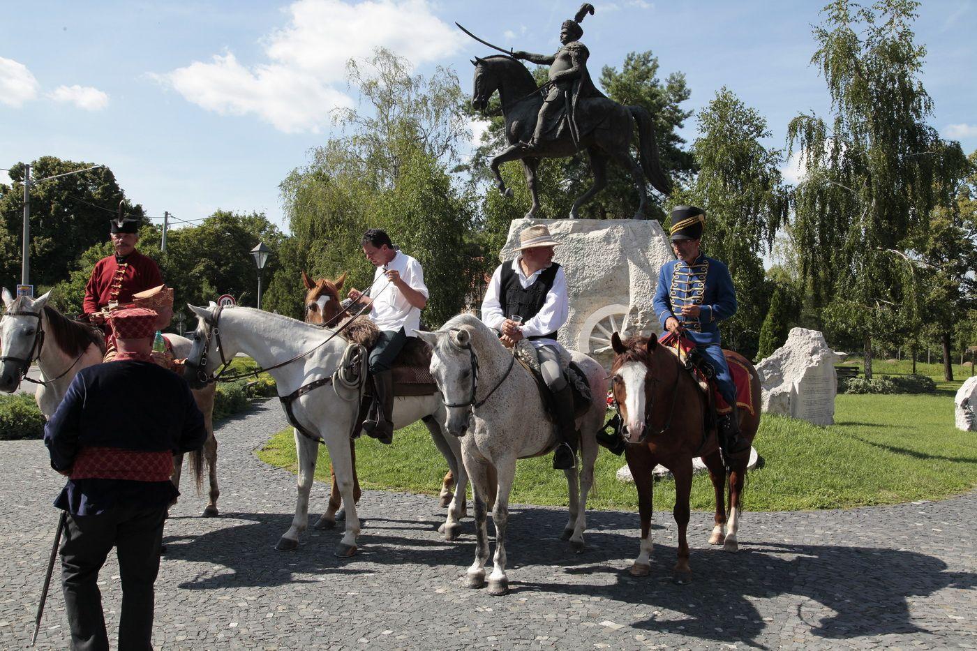 III. Sobieski János, lengyel király, a párkányi törökverő hadak vezére szobránál. Fotó: Dániel Erzsébet archívuma