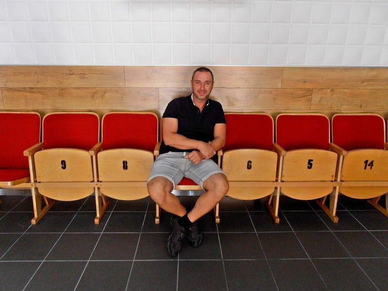 Ryšavý Boldizsár a nosztalgiából megtartott régi széken (Fotó: Bárány János/Felvidék.ma)
